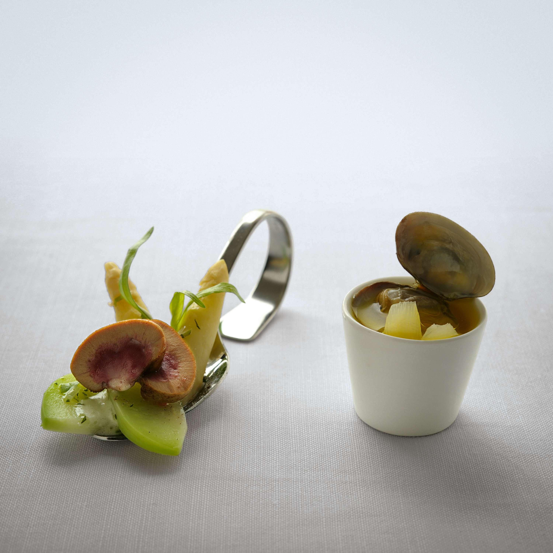 Stangenspargel und Kalbsnierchen mit Kohlrabi in grüner Senfsauce