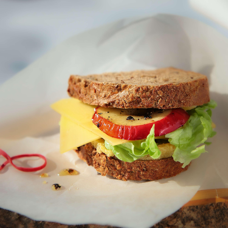 Alpen-Burger mit Bergkäse, gepfefferten Bratapfelscheiben und Feigensenf-Butter