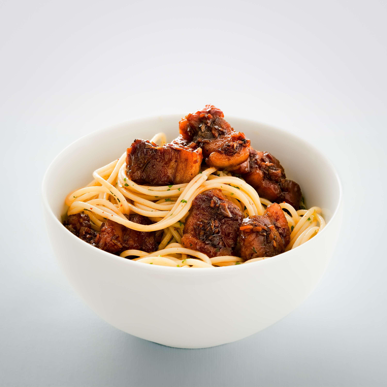 Gelackter Schweinebauch auf Chili-Spaghetti