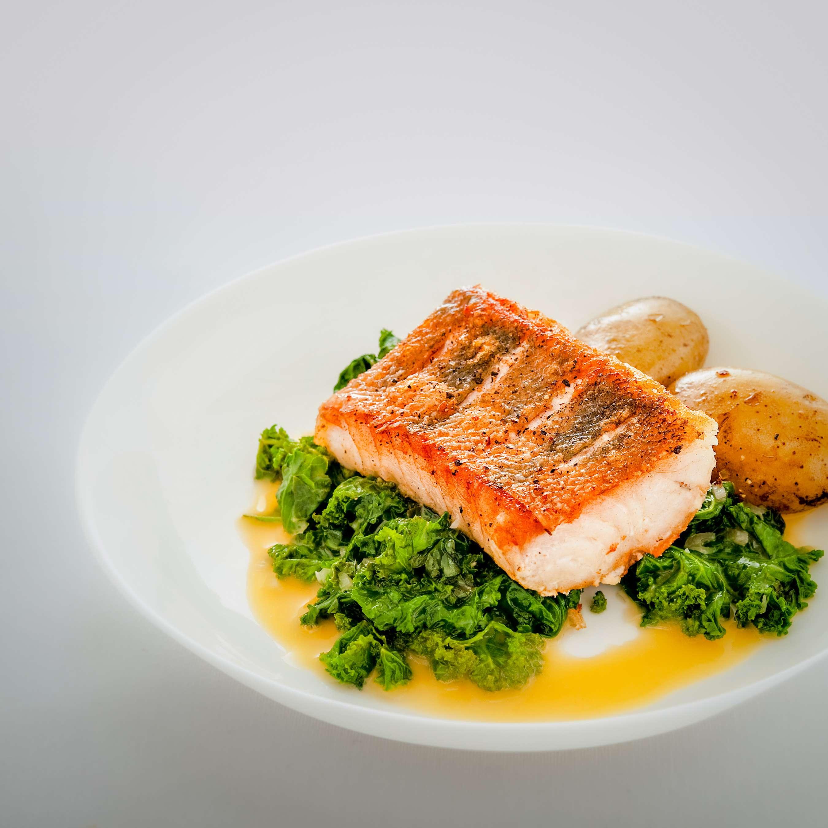 Schneller Grünkohl mit gebratenem Fisch