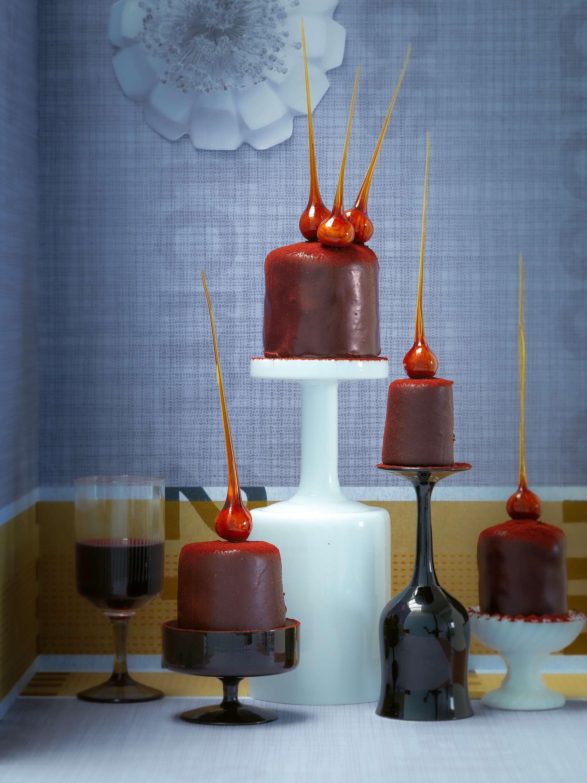 Kleine Schokoladenmousse-Torte mit Karamellnüssen