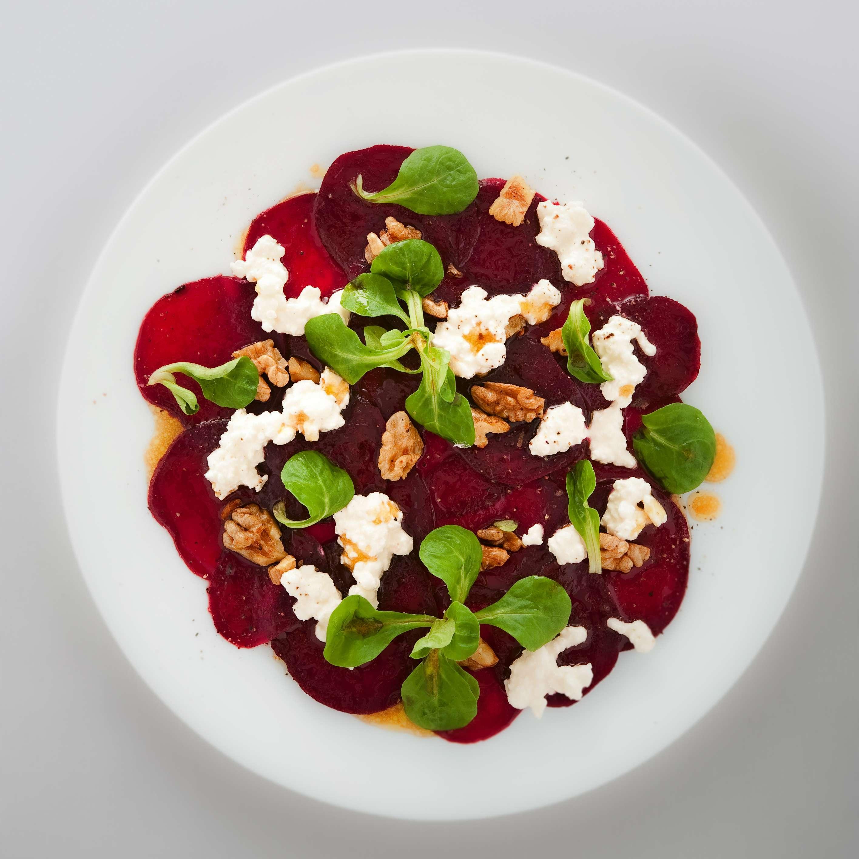 Rote-Bete-Salat mit gerösteten Walnüssen und Hüttenkäse