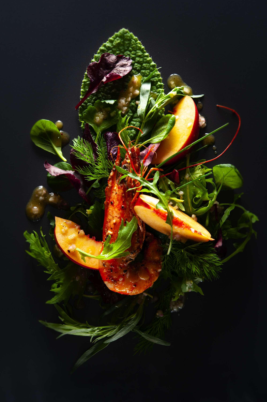 Gartenkräutersalat mit Nektarine, Garnelen und Weißwein-Vinaigrette