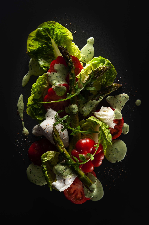 Spargel-Tomatensalat mit Mozzarella und Grüner Sauce