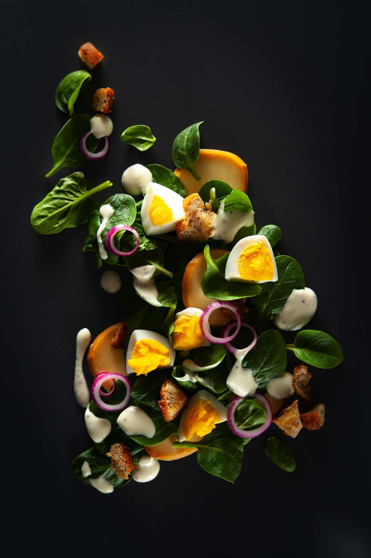 Spinatsalat mit Scamorza, Ei und Senfdressing