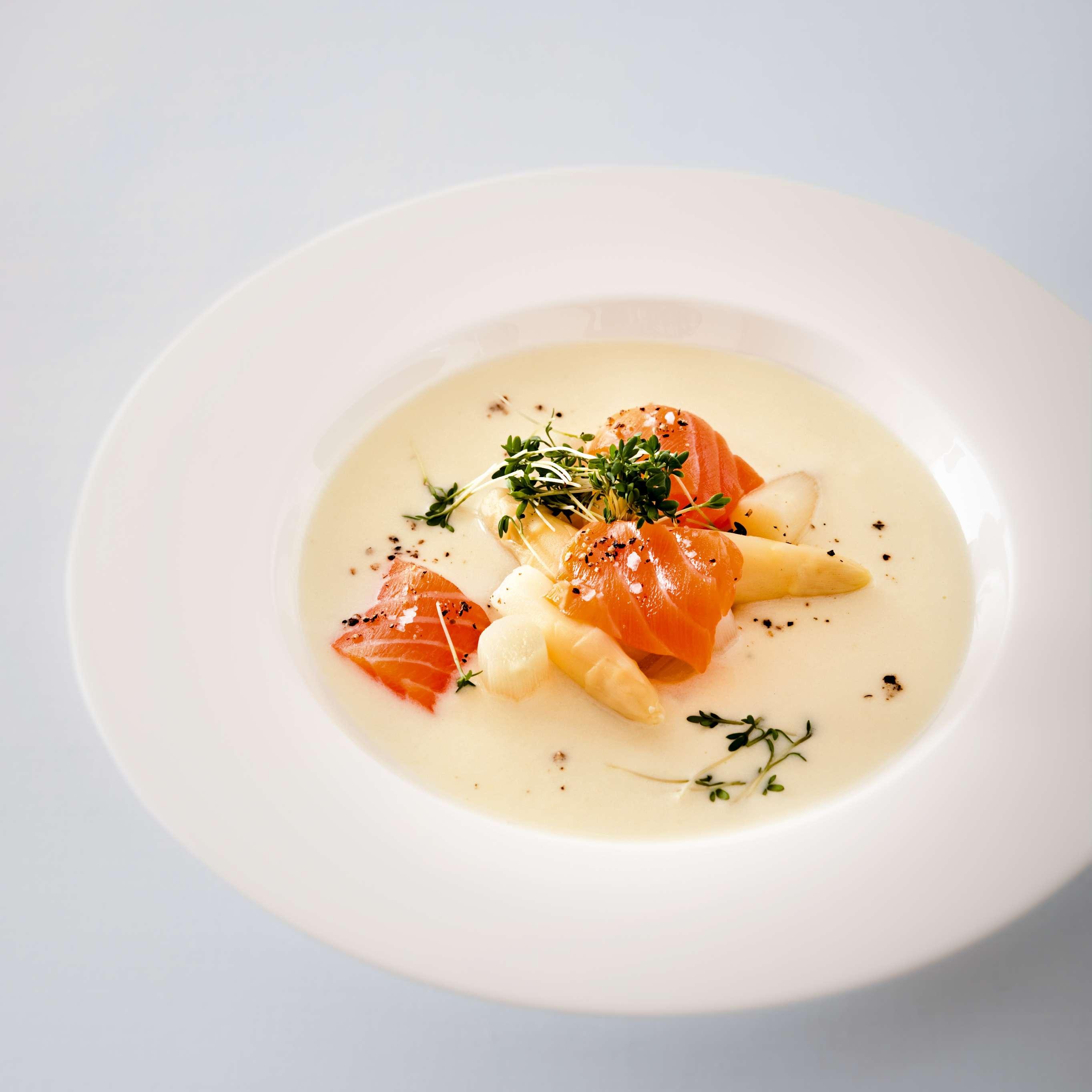 Schnelle Spargelsuppe mit Lachs-Sashimi
