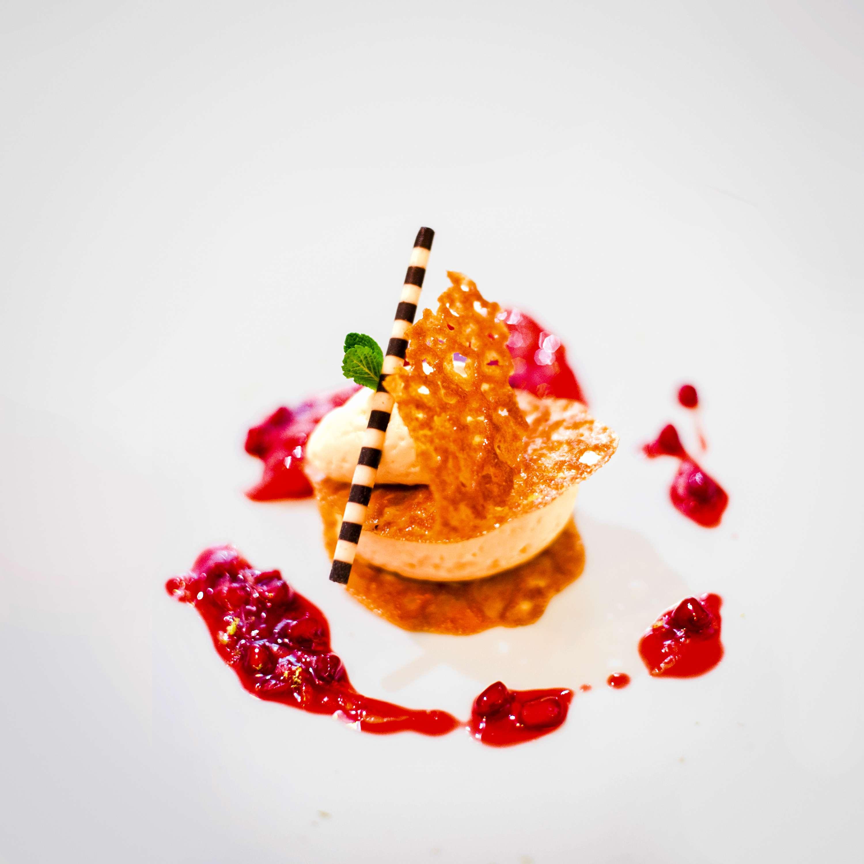 Mille-Feuilles mit weißer Schokoladenmousse und Granatapfel-Grapefruit-Ragout