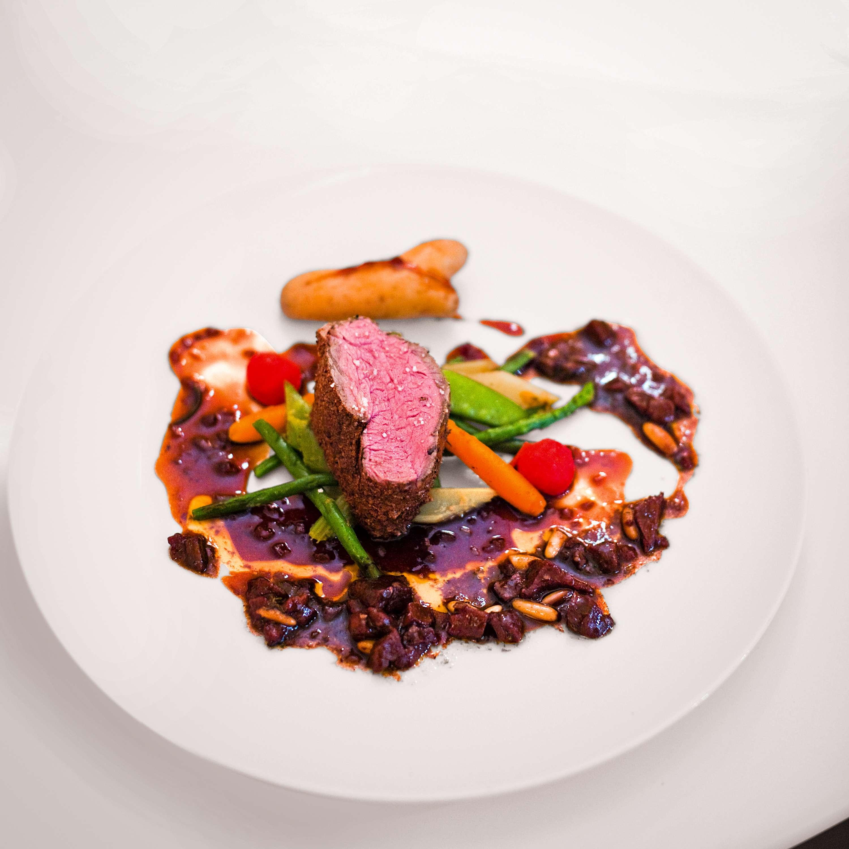Rinderfilet und geschmorter Ochsenschwanz mit Gemüse-Panaché und Rotwein-Sauce