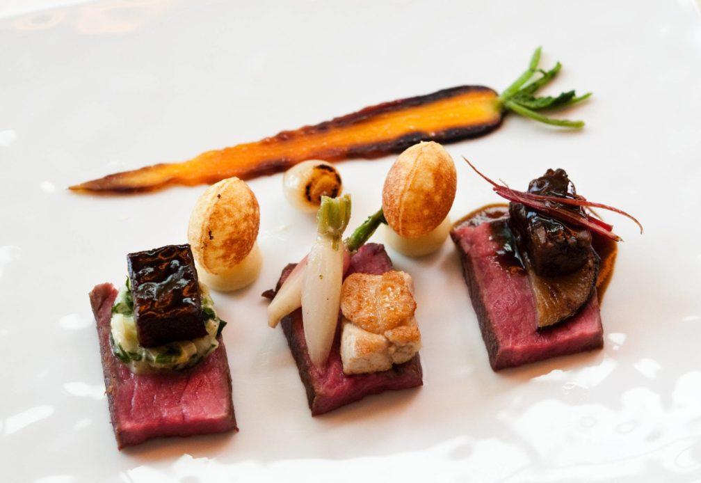 Scheiben von der gereiften Rinderfärse mit Backe, Ochsenschwanz und Bries mit Rüben, Rübstiel, Eiszapfen, Radieschen und rotem Mangold