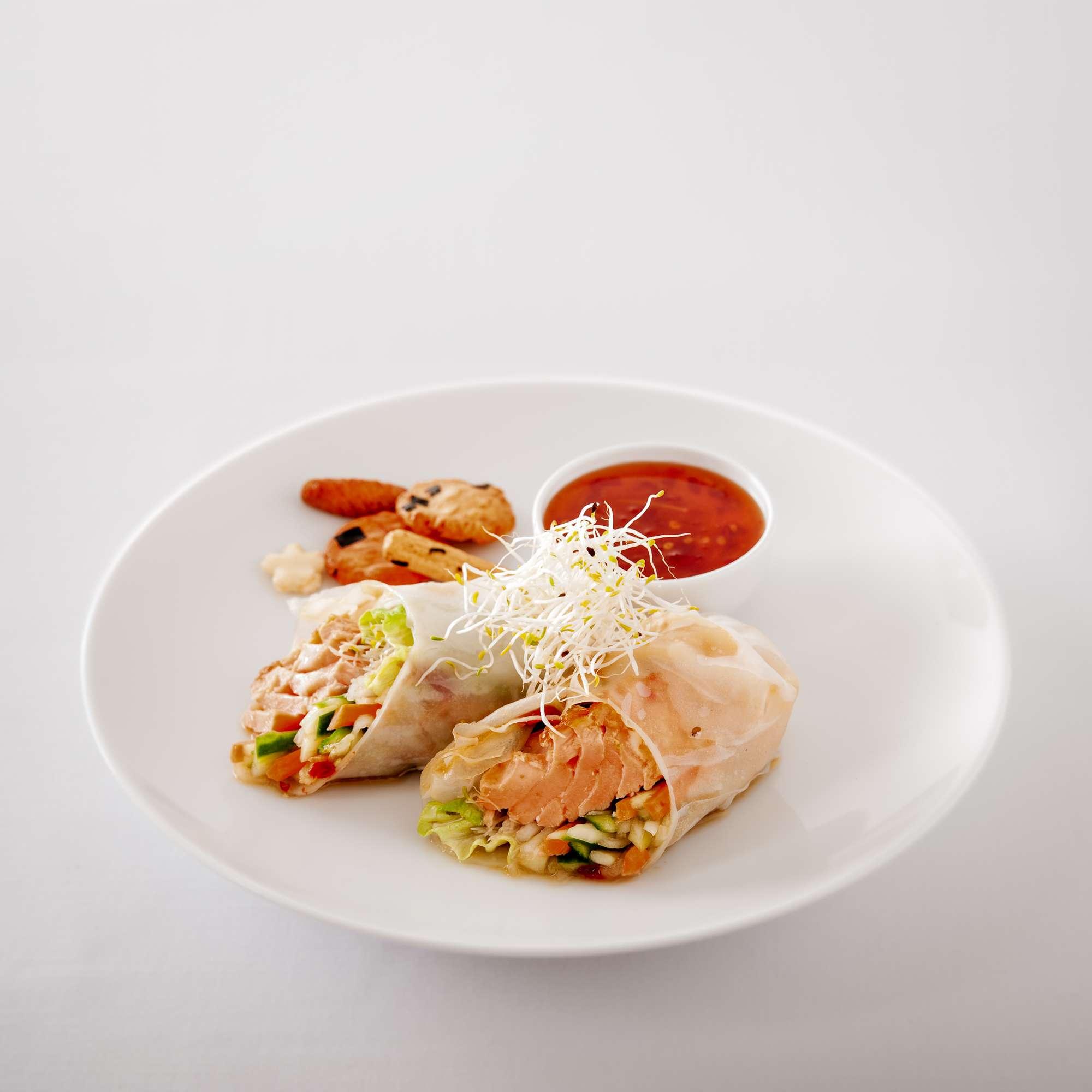 Reisblattrollen mit gebratenem Lachs und süßer Soja-Chilisauce