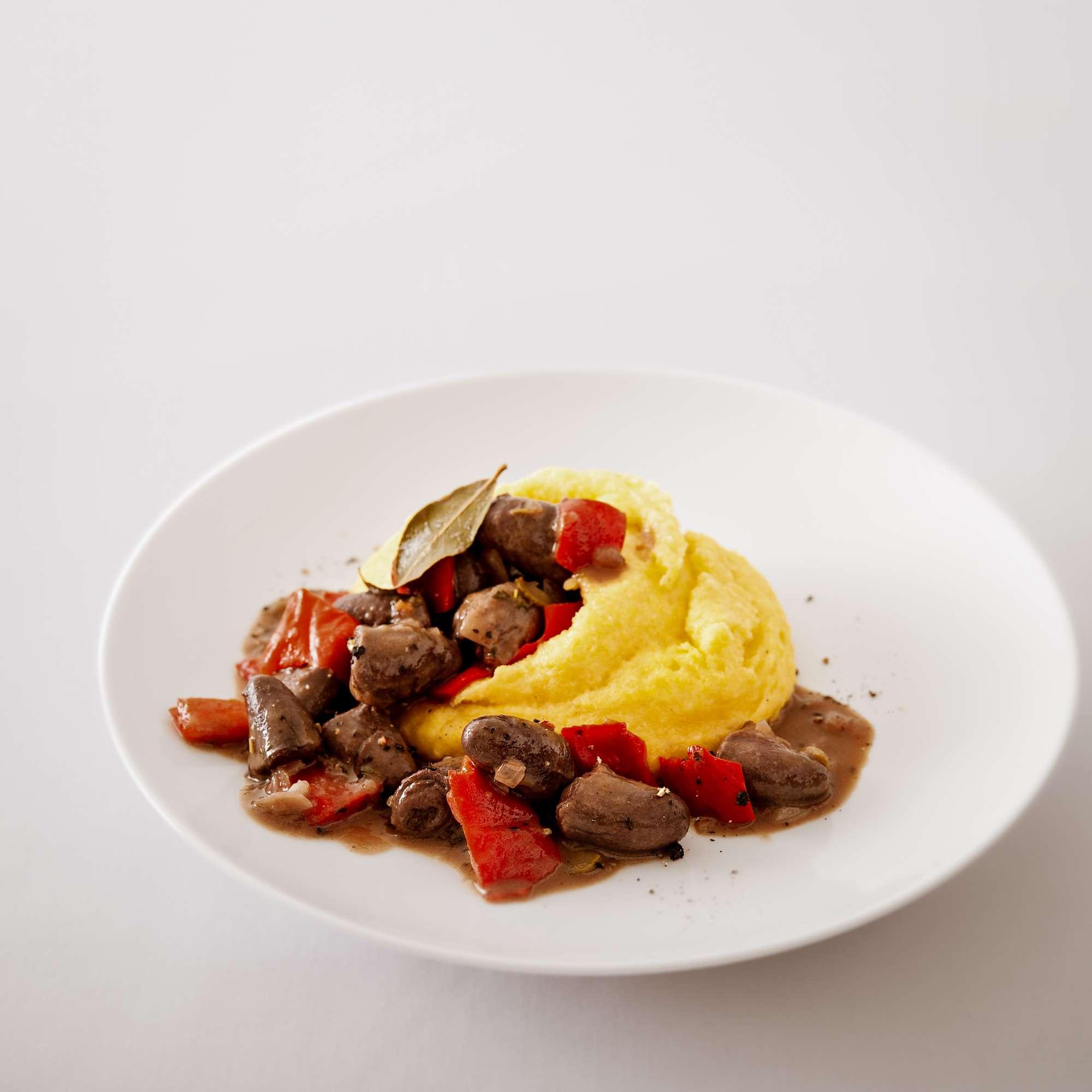 Hähnchenherzen-Ragout in Rotwein mit Parmesan-Polenta