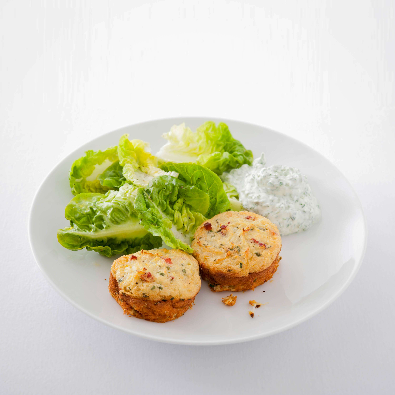 Sauerkraut-Speck-Puffer mit Kräuterquark und Salat