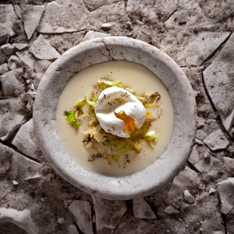 Verlorenes Ei mit Spitzkohl und Pastikanencremesuppe