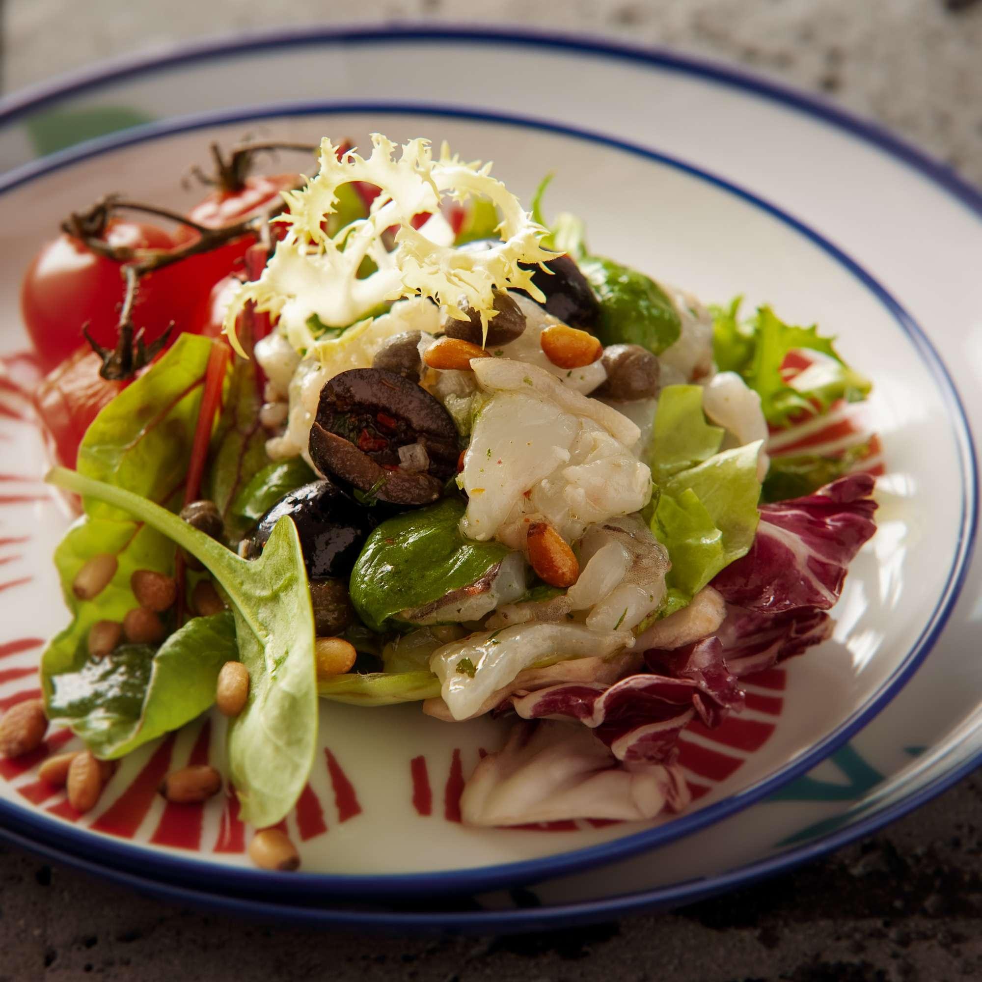 Riesengarnele mit geschmorter Tomate, Olive und Basilikum