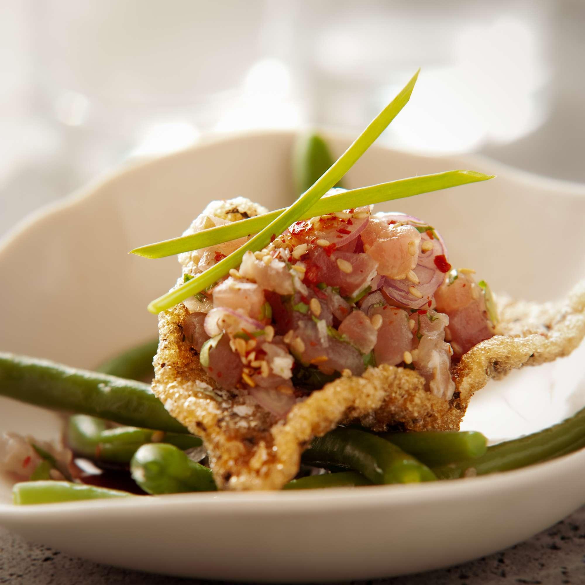Thunfisch mit Koriander, warm marinierten Bohnen und Sesam