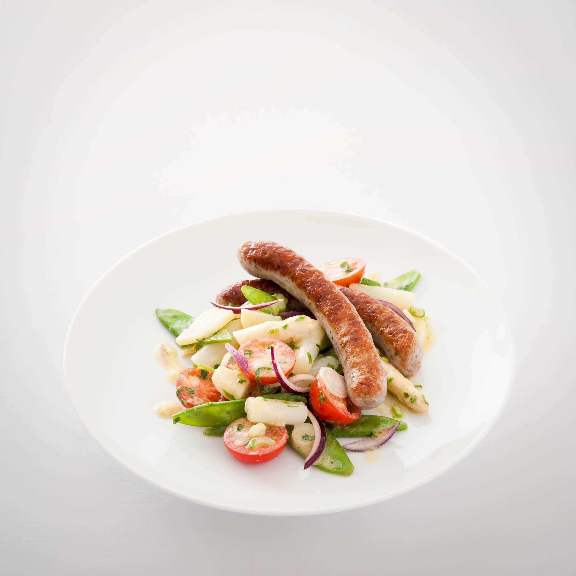 Gemüsesalat mit Estragon-Senf-Vinaigrette und Bratwurst