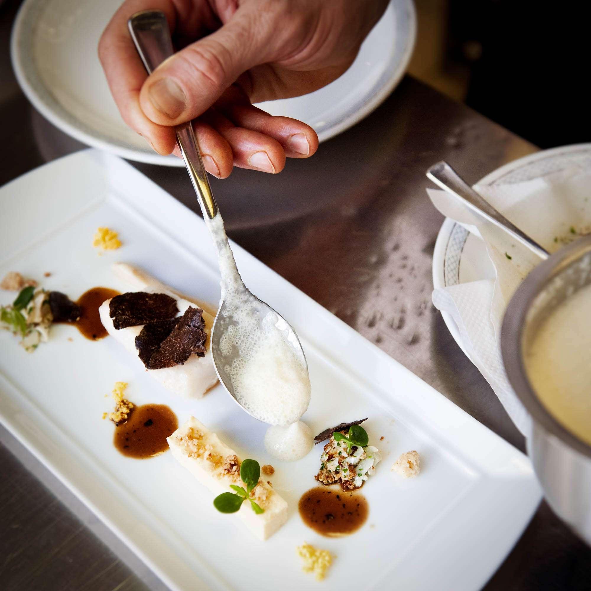 Ein Teller von Patrick Bittner: Geangelter Saint-Pierre mit  Blumenkohl, Butterbröseln und Périgordtrüffel