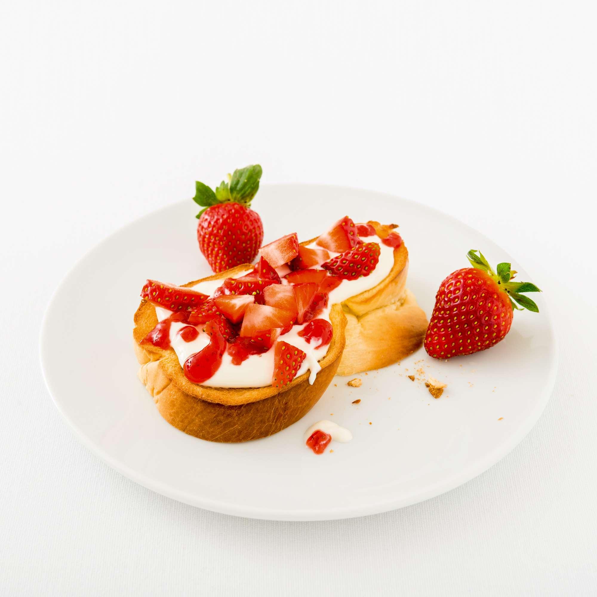 Süße Zopfbrotstulle mit Frischkäse und Erdbeeren