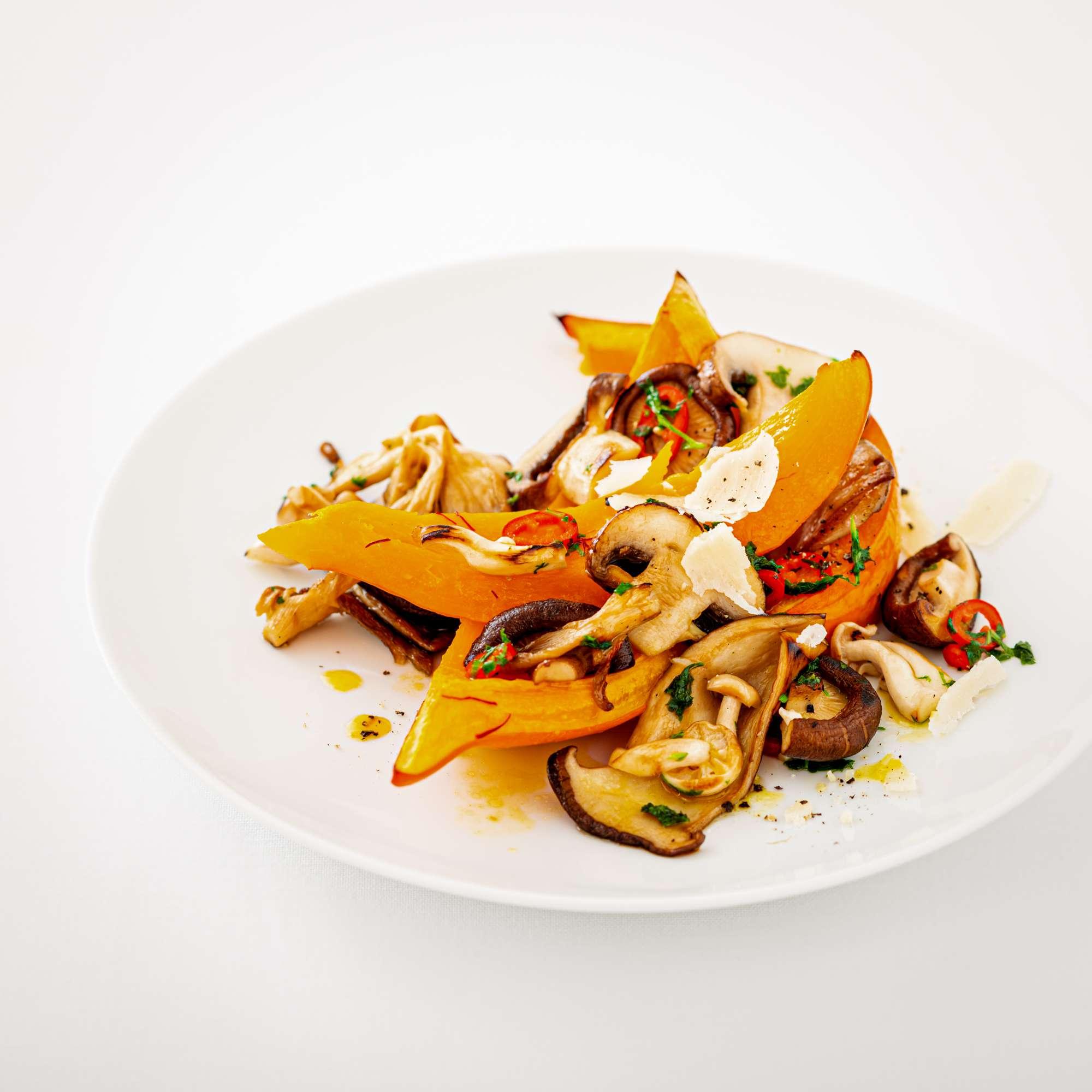 Safran-Kürbis aus dem Ofen mit gebratenen Pilzen