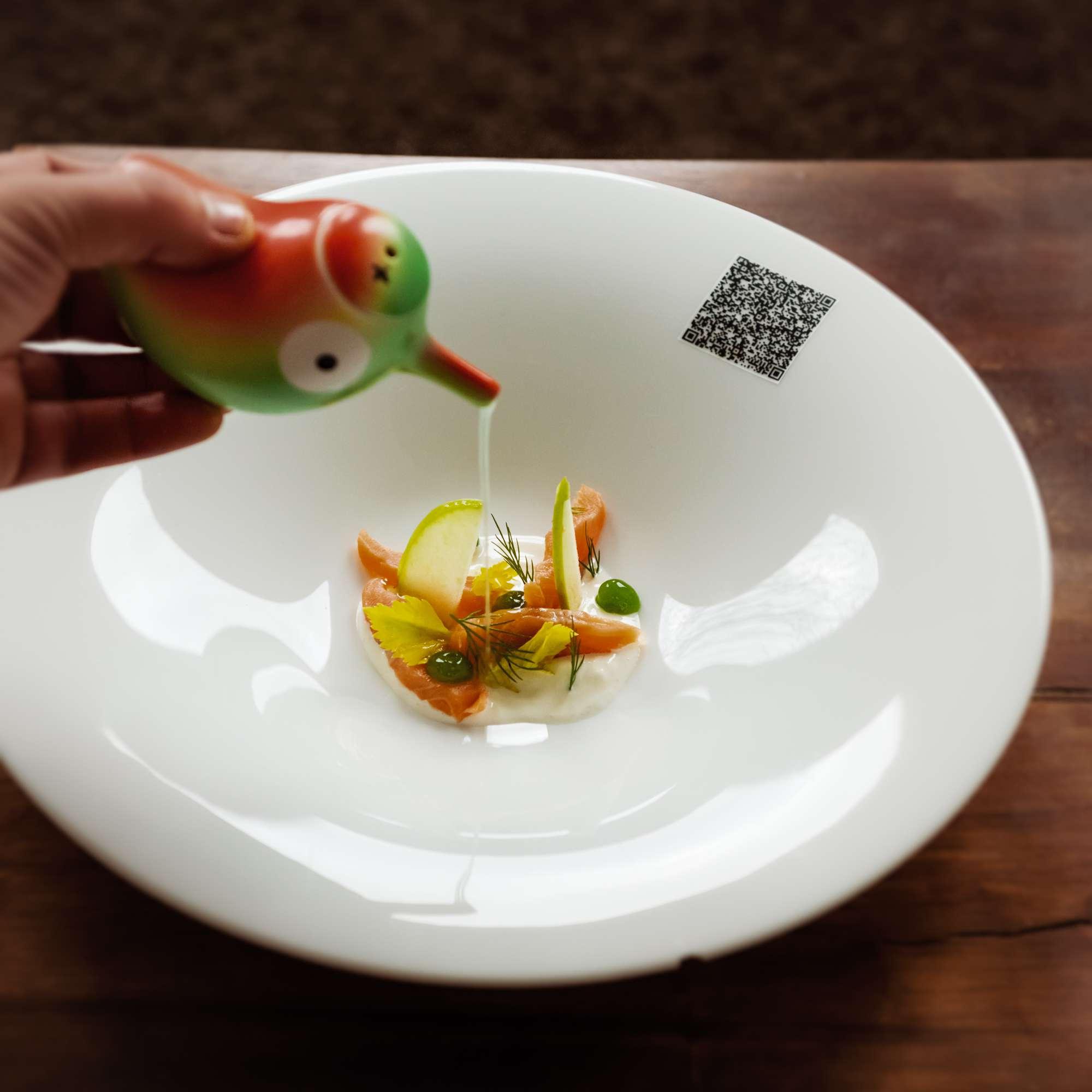 Saibling nach Matjes-Art mit Apfel-Sellerie-Saft und Anisjoghurt