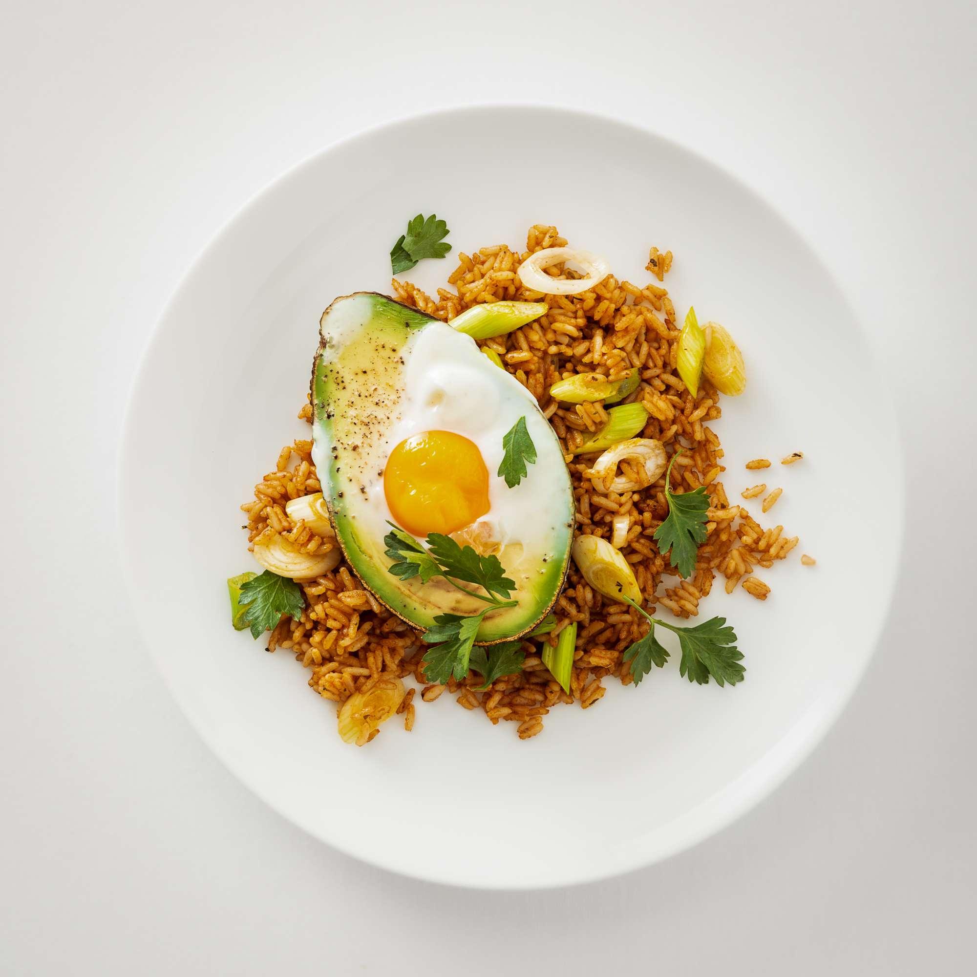 Avocado mit Ei auf kreolischem Reis