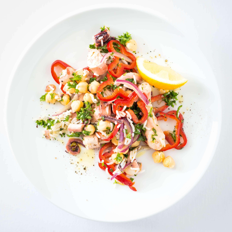 Oktopus-Reissalat mit Paprika, Kichererbsen und Ouzo