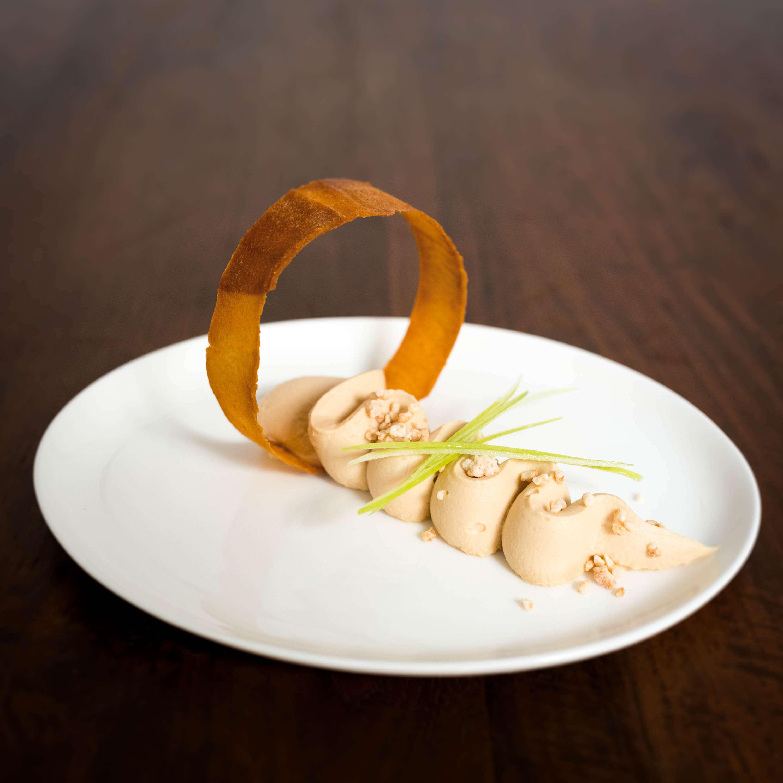 Karamell-Apfelringe, aufgeschlagene Ganache und Erdnuss
