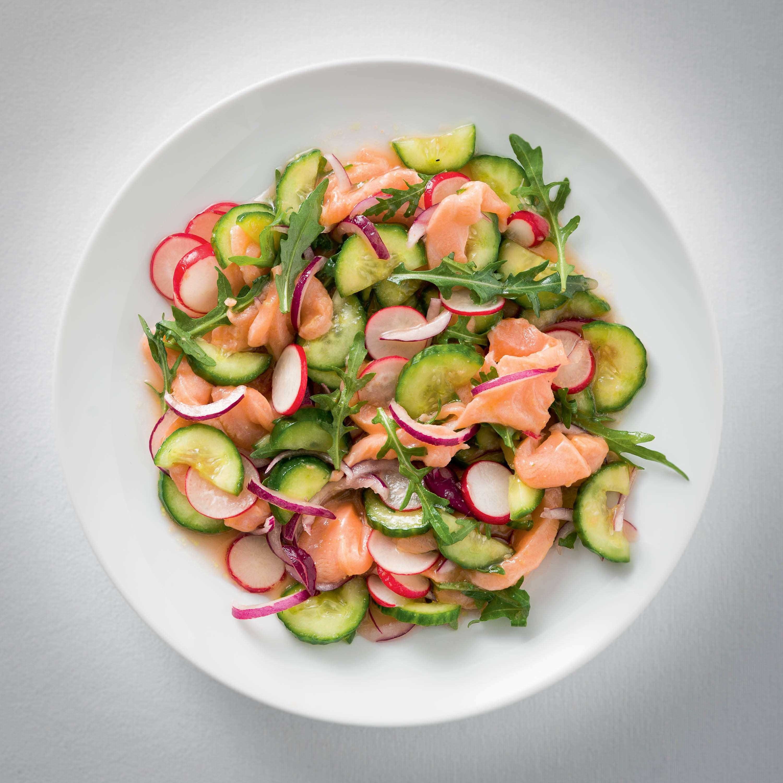 Lachssalat mit Radieschen und Gurke in Orangen-Vinaigrette