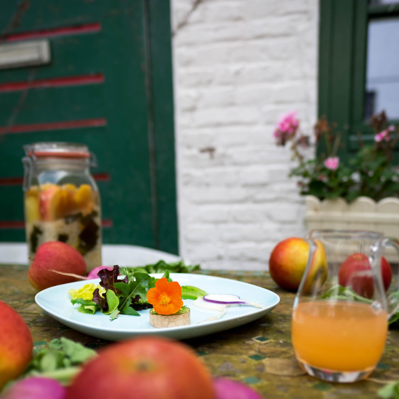 Japanischer Salat mit Apfel-Dressing und Tofu