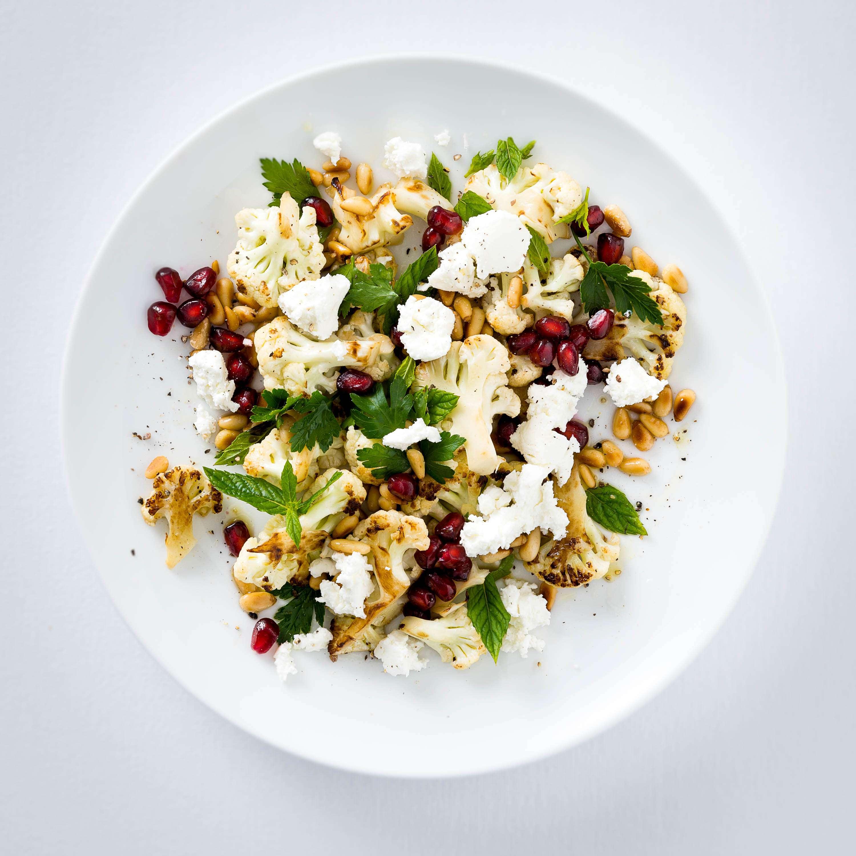 Salat von geröstetem Blumenkohl mit Pinienkernen und Granatapfel