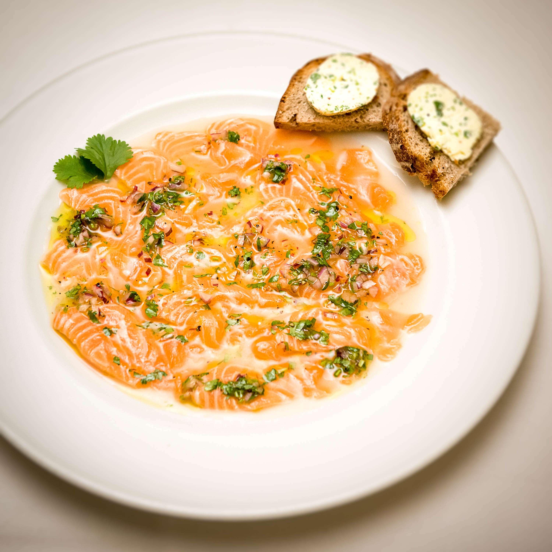 Ceviche vom Lachs, luftige Limettenbutter und Bauernbrot