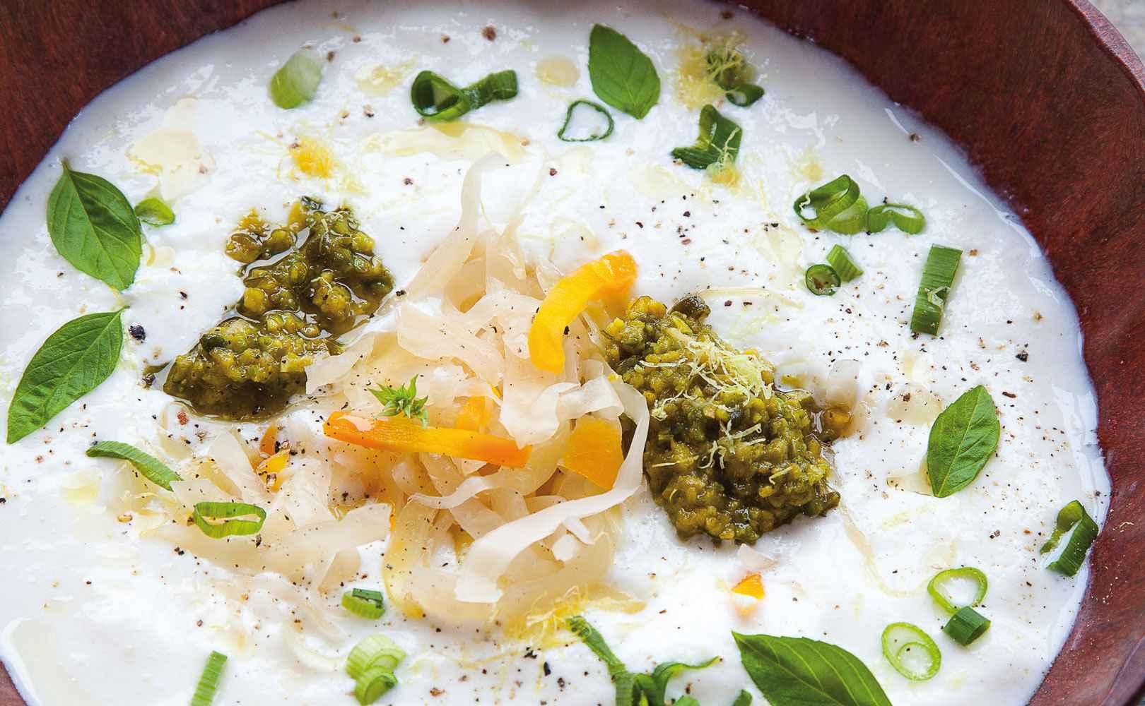 Kalte Kefirsuppe mit Sauerkraut, Pistazienpesto und Dillblütenöl
