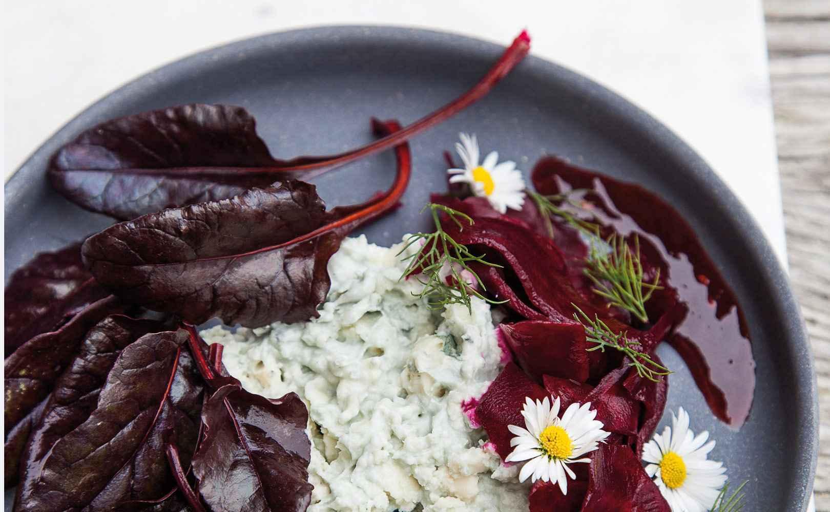 Roquefort-Dip mit fermentierter roter Bete, Beteblättern und Himbeercoulis