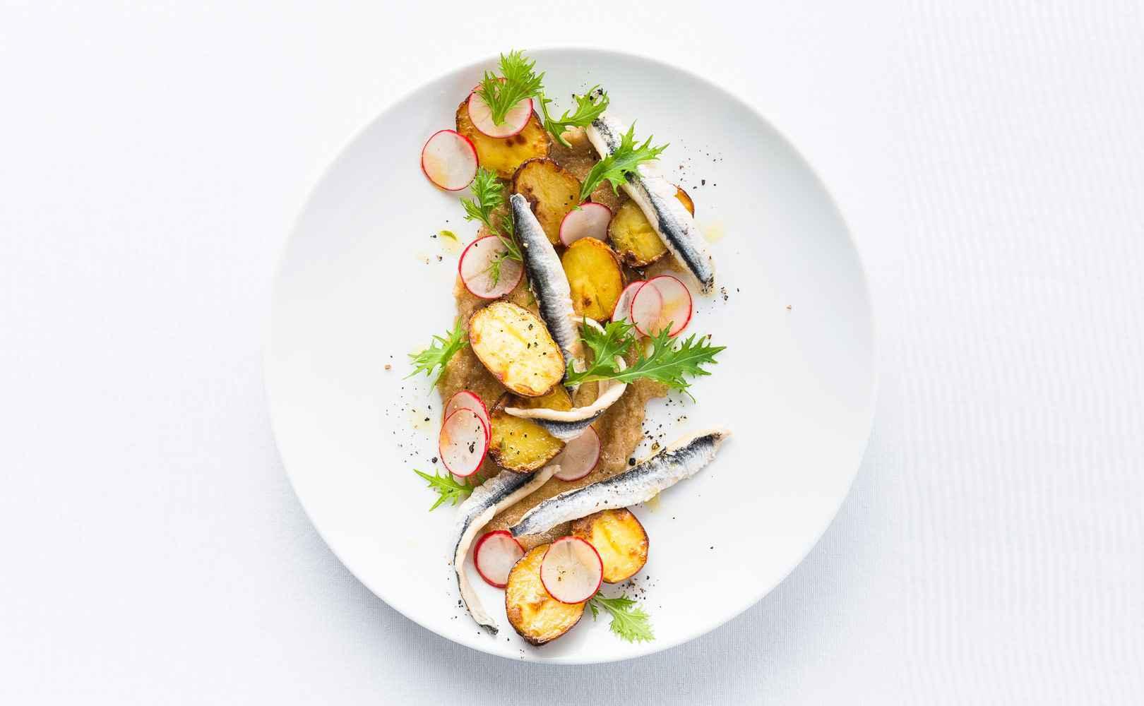 Röstkartoffelsalat mit Radieschen, Walnusspaste und Boquerones