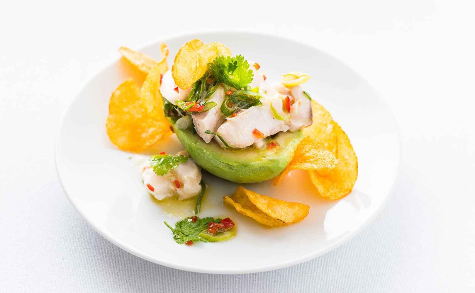 Go to Avocado mit peruanischem Zupf-Fischsalat