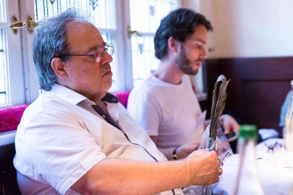 Die Geschmacksunterschiede der - auch qualitativ - unterschiedlichen Kombu-Algen dempnstrierte Nakamura an verschiedenen Geschmacksproben. Gewürzexperte und Gründer des Alten-Gewürzamts, Ingo Holland, zeigte sich von den informativen Vorträgen sichtlich interessiert.