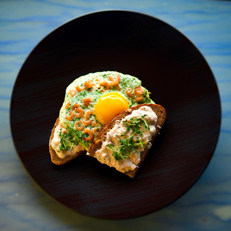 Rezept für Spiegelei mit Büsumer Krabben, geröstetem Brot, Kräutern und Tomatenquark