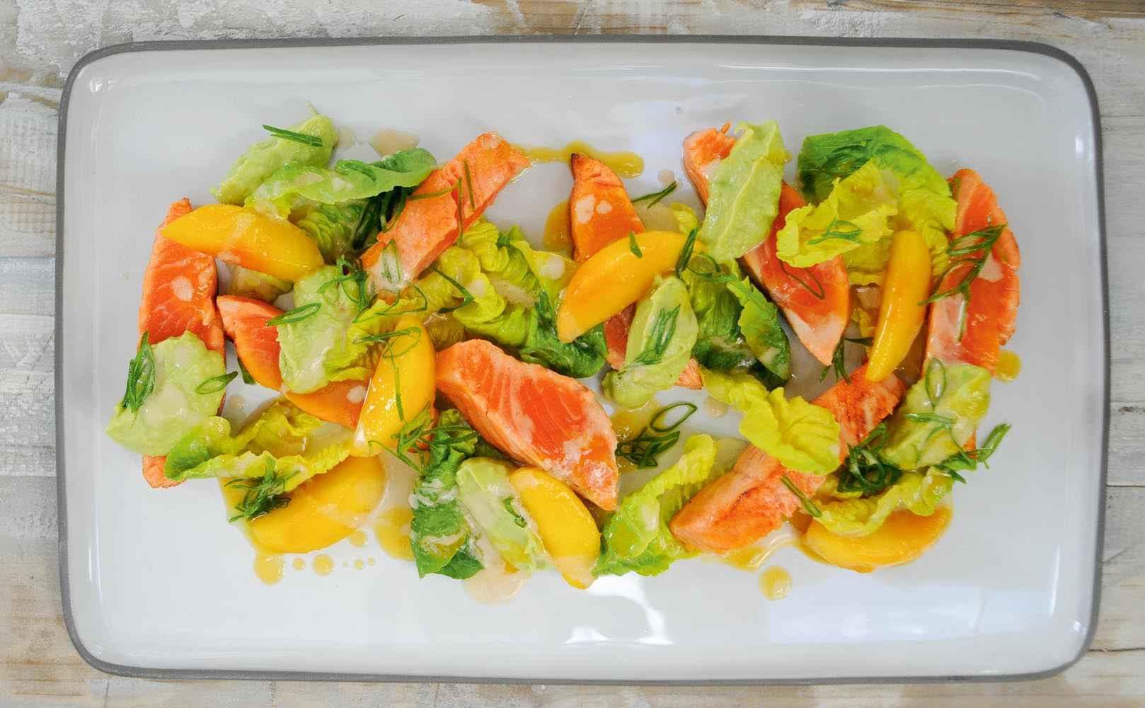 Go to Rezept für lauwarme Fjordforelle – Guacamole – Pfirsich – Romana-Salat