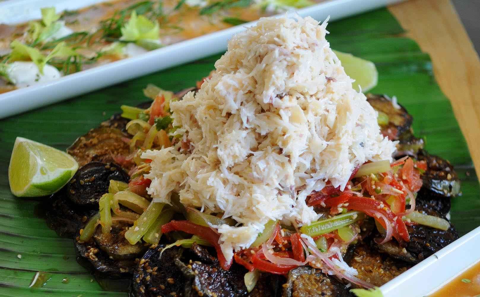 Rezept für Gemüsesalat mit mariniertem Krebsfleisch und geschmorte Thai-Auberginen