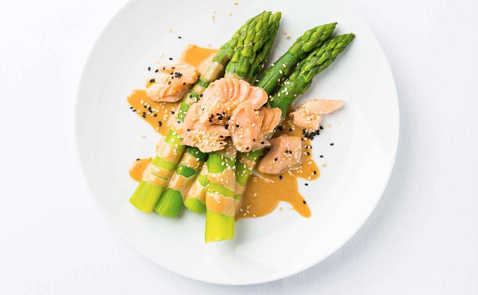 Rezept für Grüner Spargel mit gezupftem Saibling und Curry-Miso