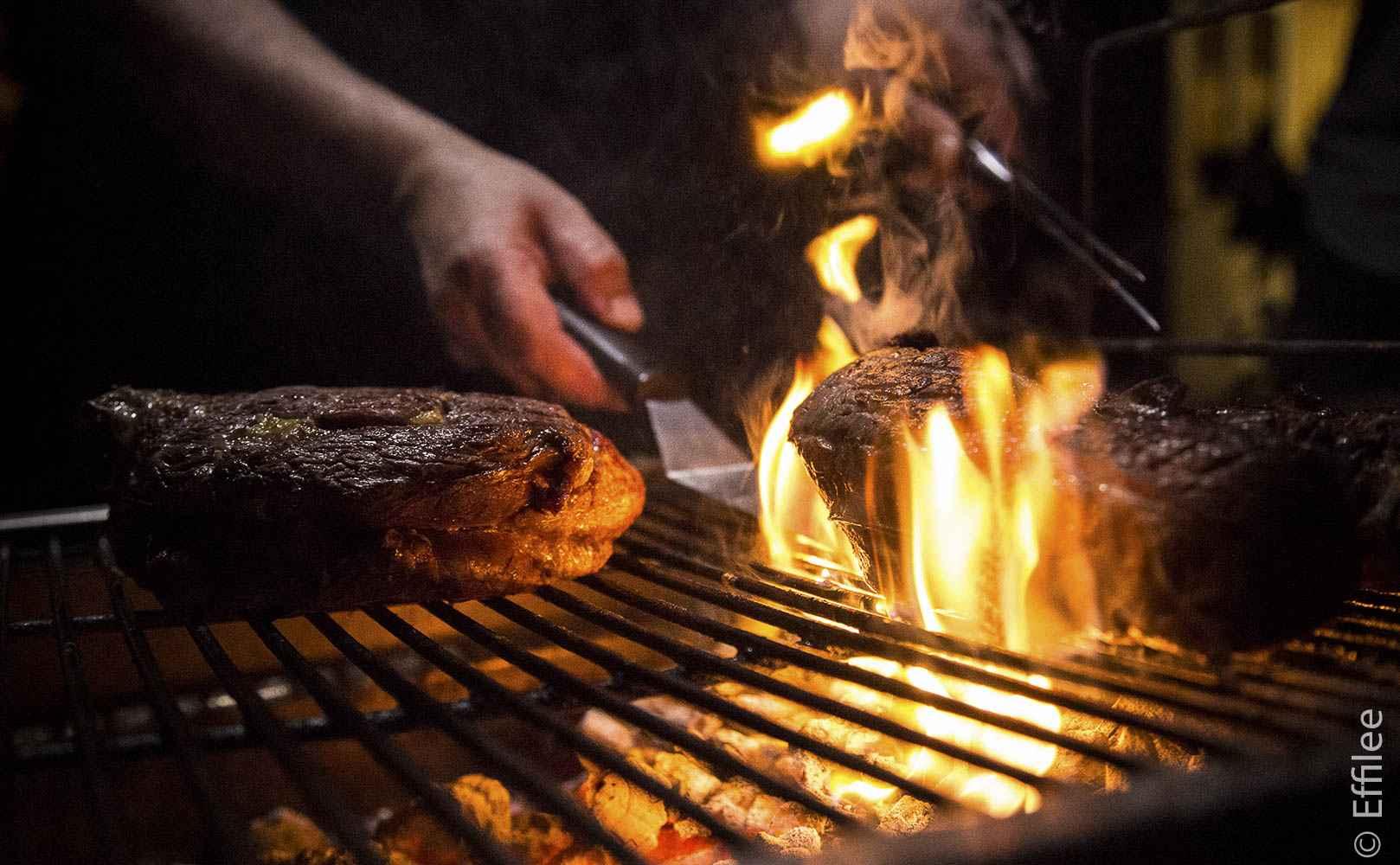 Der Grill muss richtig heiß sein, dann muss man allerdings auf die Flammen aufpassen