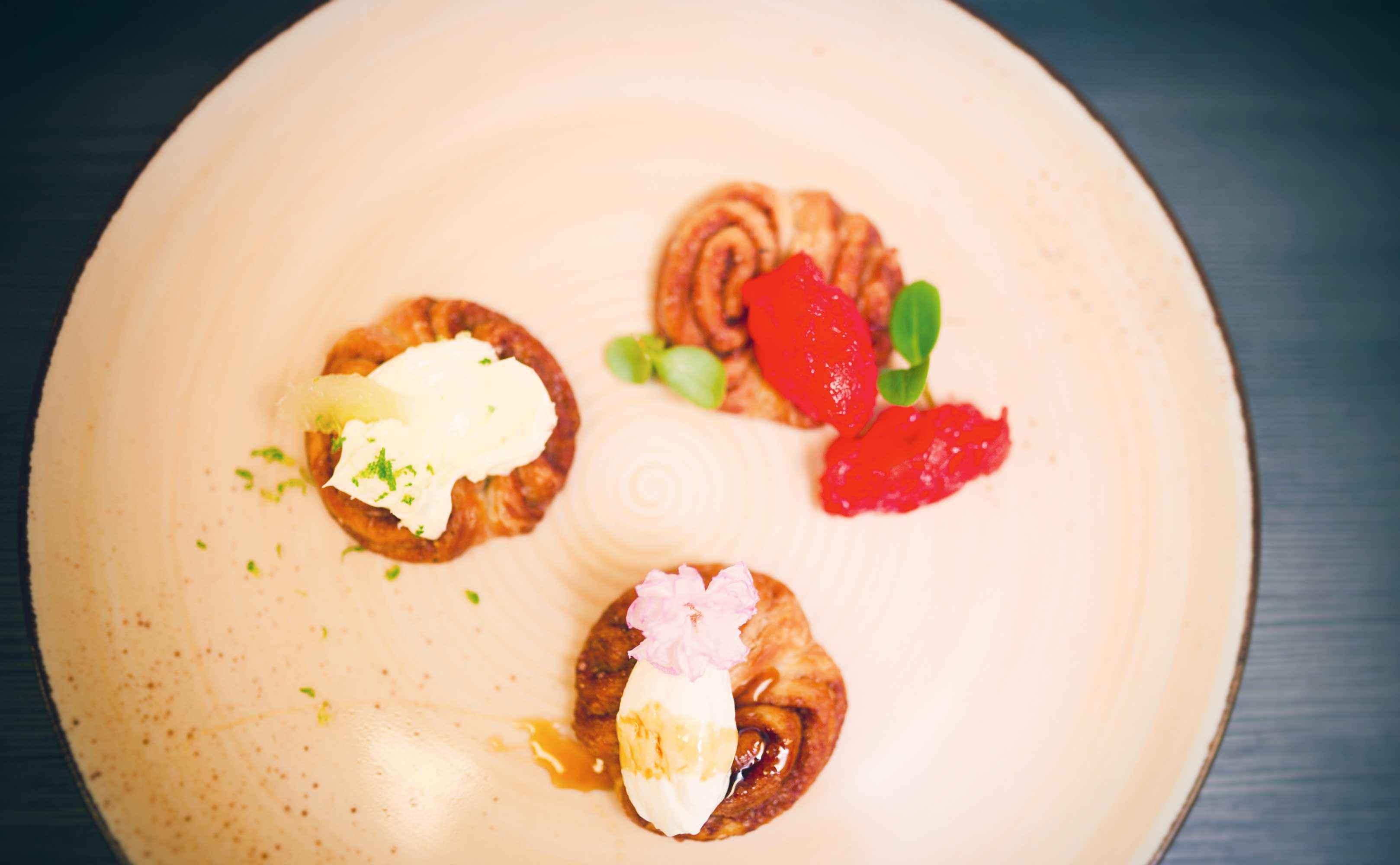 Rezept für Hamburger Franzbrötchen mit Finkenwerder Herbstprinz, Rapshonigquark und Limettenbutter