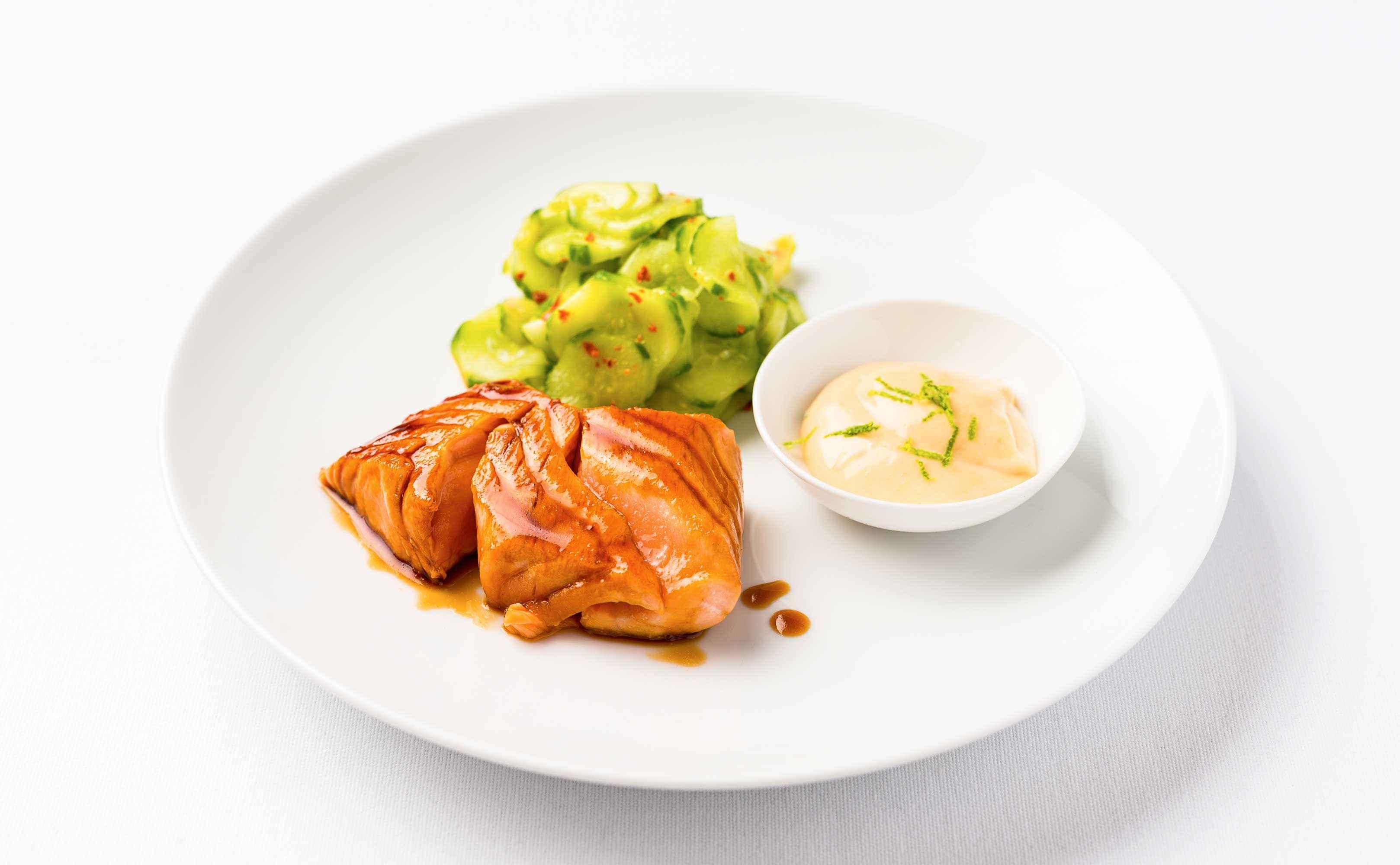 Rezept für Lachs-Tataki mit Limetten-Miso-Mayo und scharfem Gurkensalat