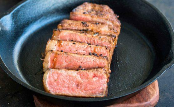Rezept für Misomariniertes Steak mit Knoblauch-Sesam-Spinat