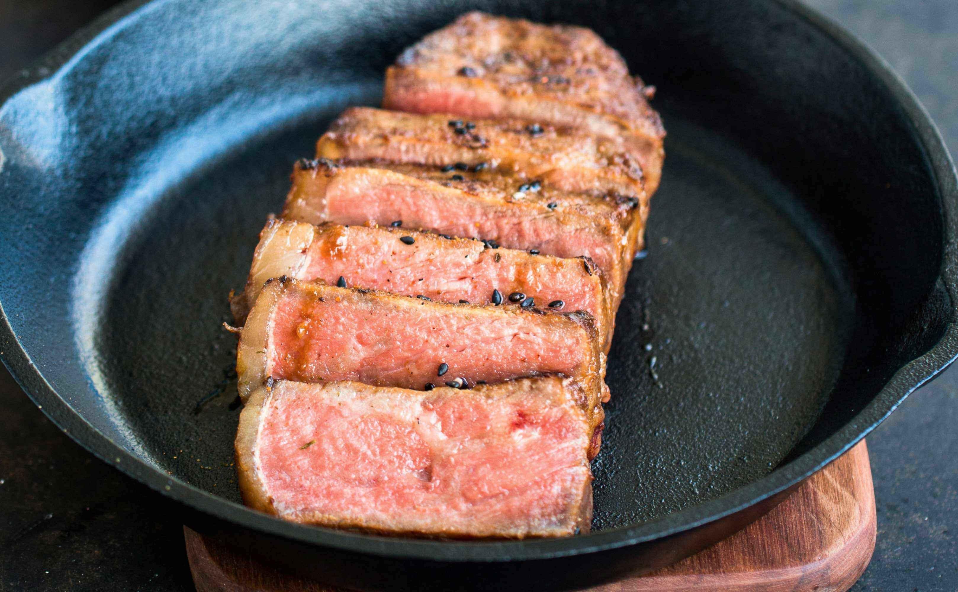 Go to Rezept für Misomariniertes Steak mit Knoblauch-Sesam-Spinat