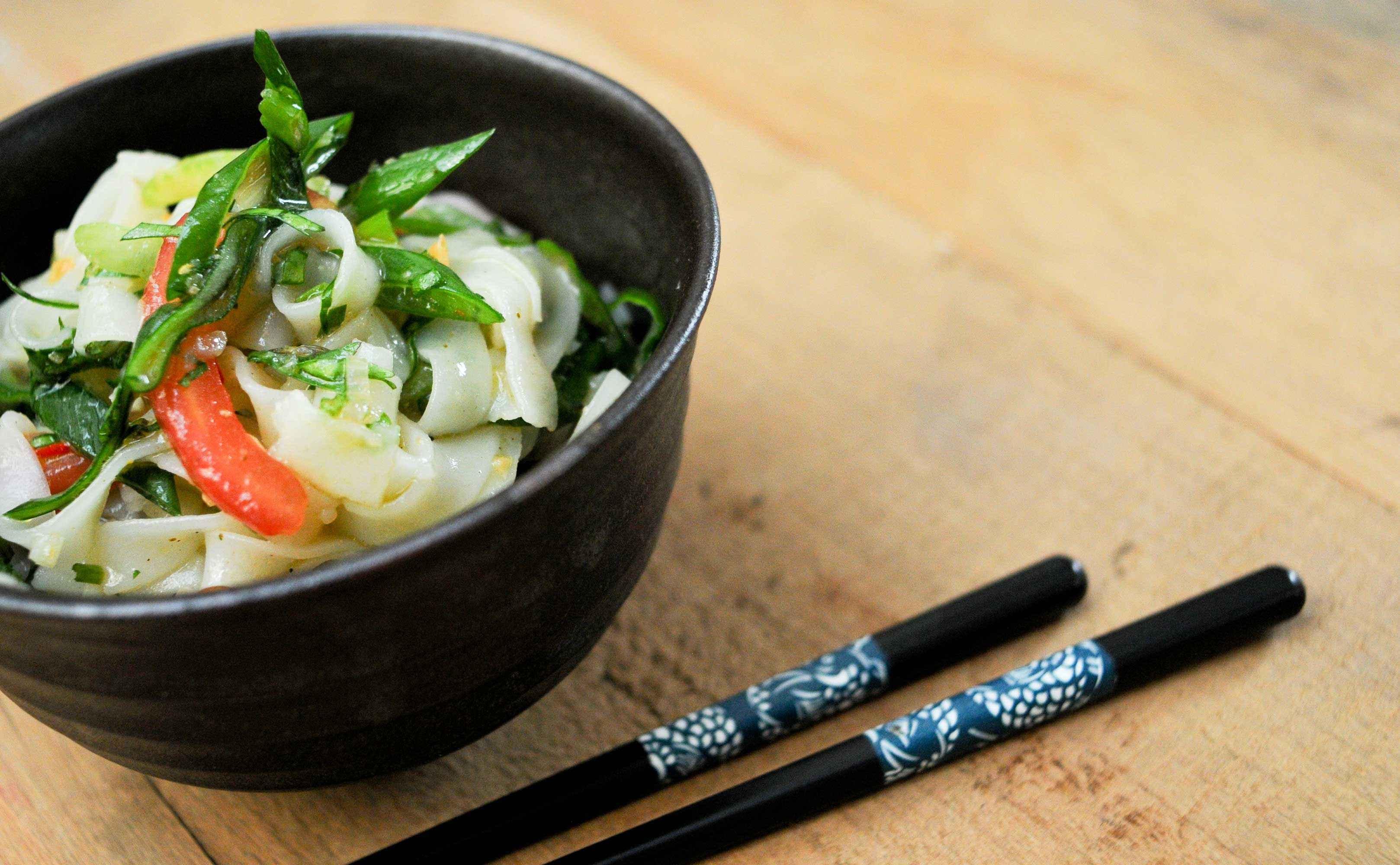 Rezept für Thailändischer Salat mit hausgemachten Reisnudeln und Curry Hara