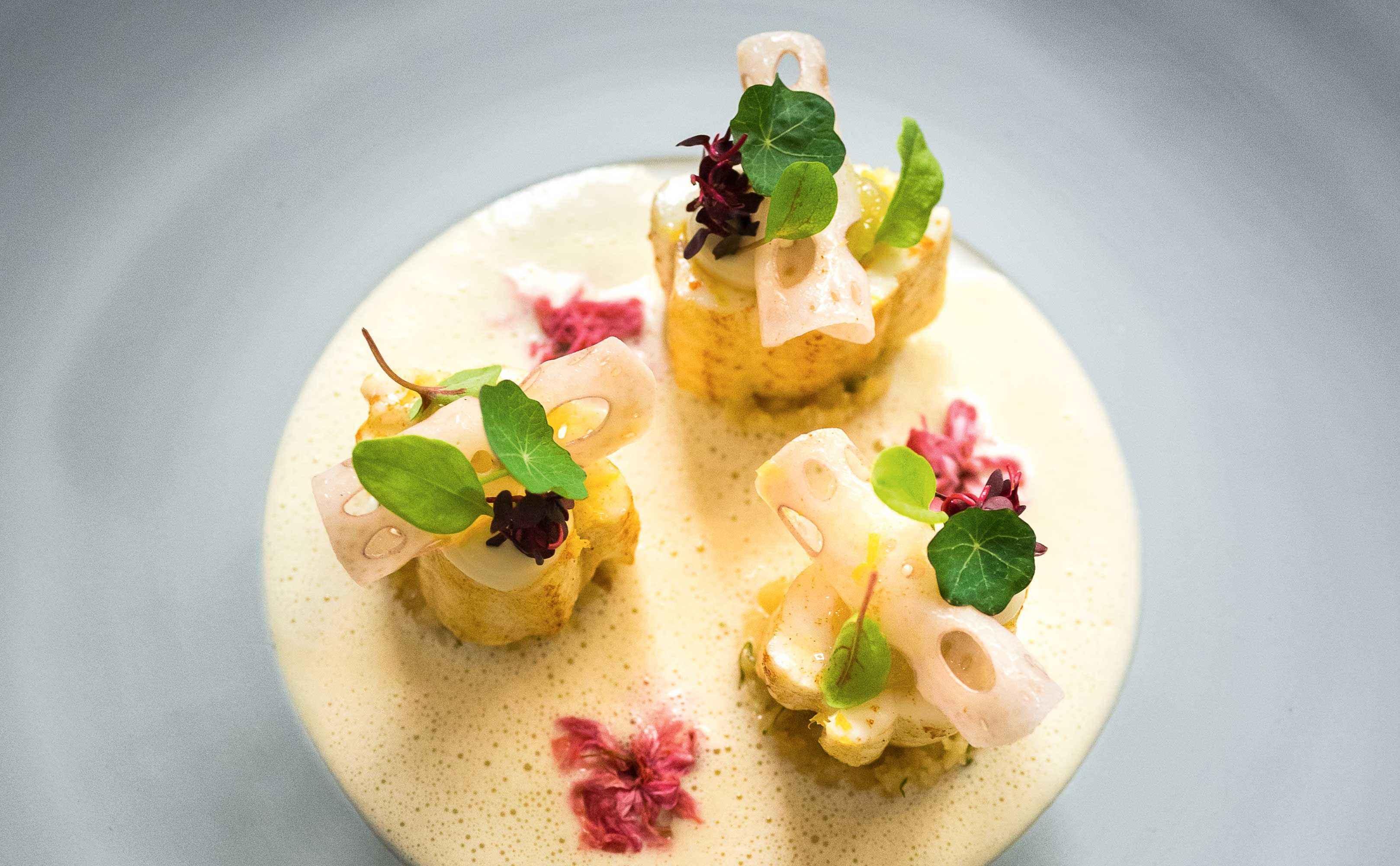 Seezunge mit Kirschblüten und Lotuswurzel