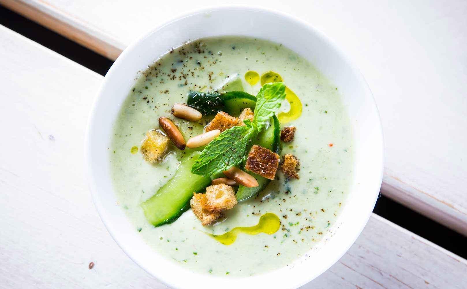 Rezept für Kalte Joghurt-Avocado-Gurkensuppe mit Minze, Pinienkernen und Croûtons