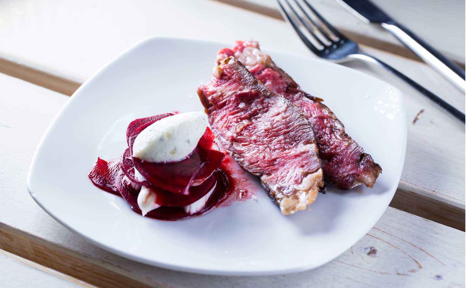 Rezept für Marinierter Rote Bete-Spargel Salat mit Roquefort-Mousse