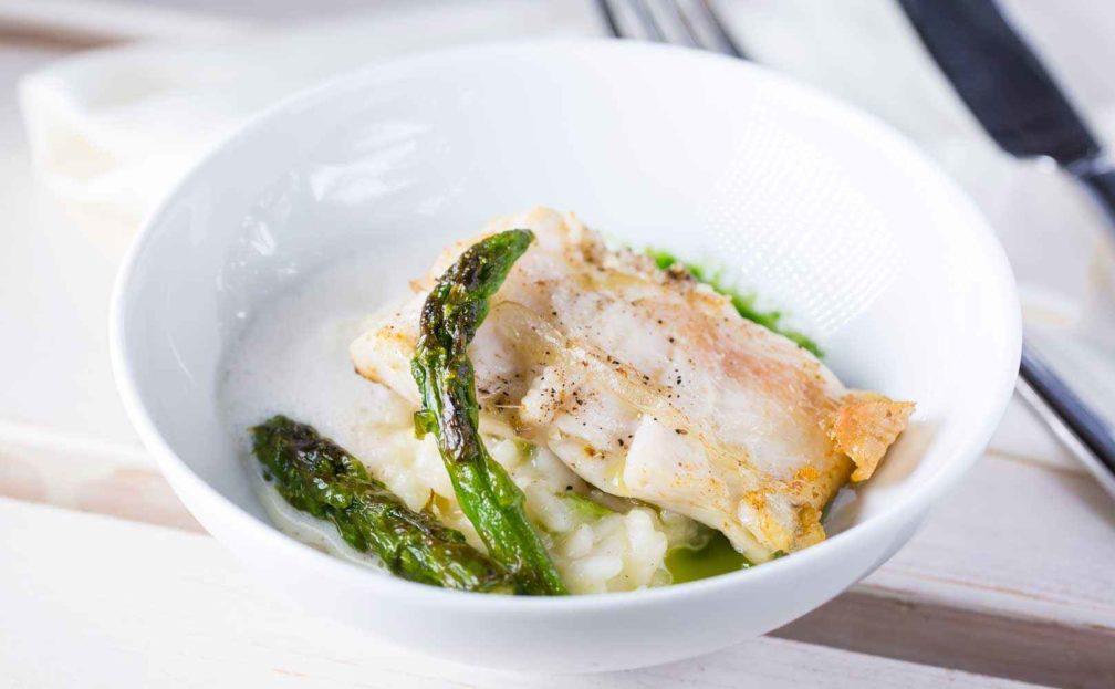 Rezept für Spargelrisotto mit Forellenfilet in Lardo, weißer Speckschaum und Petersilienöl